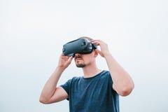 Der Mann mit Gläsern virtueller Realität Zukünftiges Technologiekonzept Moderne Bildgebungstechnologie Stockfotos