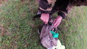 Der Mann nimmt den Köder gefangenen Spieß stock video footage