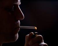 Der Mann raucht eine Zigarette Stockbild