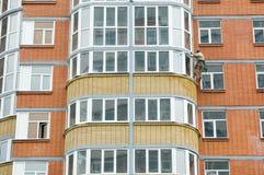 Der Mann repariert einen Balkon Lizenzfreie Stockfotos