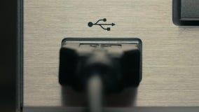 Der Mann schließt schwarzes USB-Kabel an Nahaufnahme stock footage