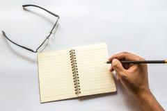Der Mann schreibt ein Buch lizenzfreie stockfotos