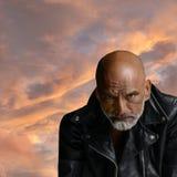 Der Mann in der schwarzen Lederjacke Stockfotos