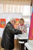 Der Mann setzt seinen Stimmzettel in den automatisierten Stimmzettel Lizenzfreies Stockfoto
