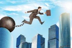 Der Mann springend über Abstand Lizenzfreie Stockfotos