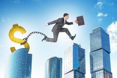 Der Mann springend über Abstand mit Dollarballast Lizenzfreies Stockbild