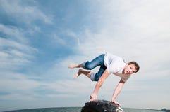 Der Mann springend auf den Strand Lizenzfreie Stockbilder