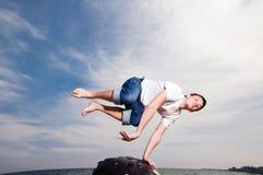 Der Mann springend auf den Strand Lizenzfreie Stockfotografie