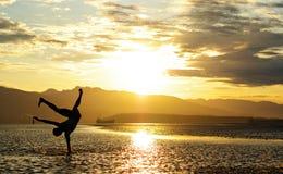Der Mann springend auf den Strand, Glück Stockfotografie
