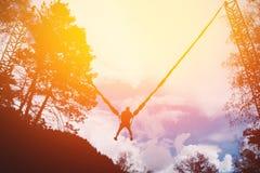 Der Mann springend auf ein Seil stockbilder