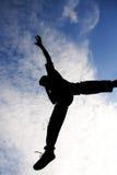 Der Mann springend in einer Luft Lizenzfreies Stockbild