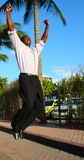 Der Mann springend für Freude Lizenzfreies Stockbild