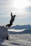 Der Mann springend vom Felsen Lizenzfreies Stockfoto
