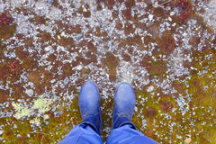 Der Mann steht auf steinigem Boden lizenzfreies stockfoto