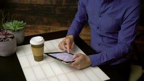 Der Mann, der Suchmaschine verwendet, nippt an Kaffee stock footage