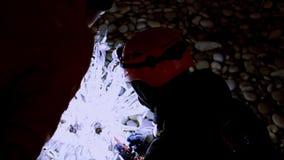 Der Mann sucht eine Spannung in der Weihnachtsdekoration lizenzfreies stockfoto