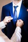Der Mann trägt einen Anzug Stockfotografie