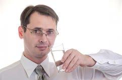 Der Mann trinkt Wasser Lizenzfreie Stockfotografie