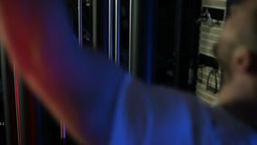 Der Mann in der Turnhalle rüttelt seins zurück stock footage