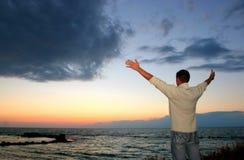 Der Mann und das Meer. Lizenzfreies Stockfoto