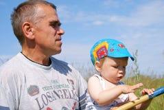Der Mann und die Enkelfische Stockbild