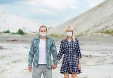 Der Mann und die Frau in den Respiratoren Schutz gegen Viren Lizenzfreie Stockfotografie