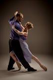 Der Mann und die Frau, die argentinischen Tango tanzen Stockfotografie
