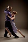 Der Mann und die Frau, die argentinischen Tango tanzen Lizenzfreie Stockbilder
