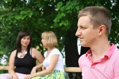 Der Mann und die Frauen stockfoto