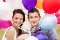 Der Mann und Frau halten in den Händen viel bunter Latex steigt im Ballon auf Stockfoto
