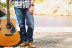 Der Mann und Gitarre, die im Freien sind, entspannen sich Konzeptweinleseart Lizenzfreies Stockfoto