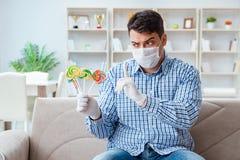Der Mann, der unter Allergie - medizinisches Konzept leidet Stockfoto