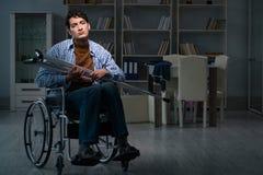 Der Mann, der unter Krise am Rollstuhl leidet stockbild