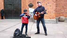 Der Mann unterhält Kinder mit großen Seifenblasen im Schloss-Quadrat der alten Stadt stock video footage