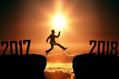 Der Mann von 2017 bis 2018 springend Stockfotografie
