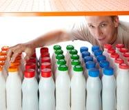 Der Mann wählt Milchprodukte im System aus Stockbilder