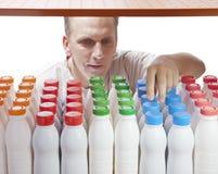 Der Mann wählt Milchprodukte im System aus Lizenzfreie Stockfotos