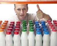 Der Mann wählt Milchprodukte im System aus Stockbild
