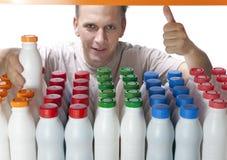 Der Mann wählt Milchprodukte im System aus Stockfotografie