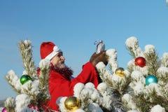 Der Mann in Weihnachtsmanns Klage Stockfotografie