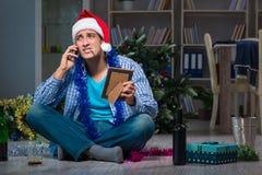 Der Mann, der zu Hause Weihnachten allein feiert Lizenzfreie Stockfotos