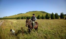 Der Mann zu Pferd stockbild