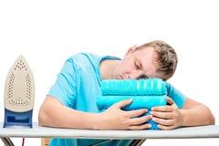 Der Mann zur bügelnden Zeit schlief auf das Bügelbrett ein Lizenzfreie Stockbilder
