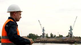 Der Mannchef zählt die Eurogelderträge von der Extraktion des Flusssandes im Hafen nach stock video footage