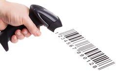 Der manuelle Scanner der Strichkodes in der Mannhand Lizenzfreies Stockfoto