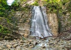 Der Manyavsky-Wasserfall lizenzfreies stockfoto