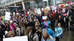 Der Marsch der Leute-gehenden Frauen stock video footage