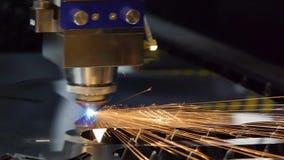 Der Maschinenlaser schnitt ein Stück Eisen heraus Funken fliegen in alle Richtungen Mechanische Arbeit stock footage