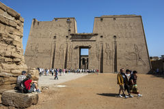 Der Mast am Tempel von Horus bei Edfu in Ägypten Lizenzfreie Stockfotos