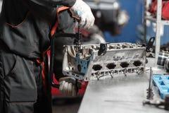 Der Mechaniker öffnete den Blockierungsventilmechanismus Bauen Sie Motorblockfahrzeug auseinander Bewegungskapitalreparatur Sechz stockbilder